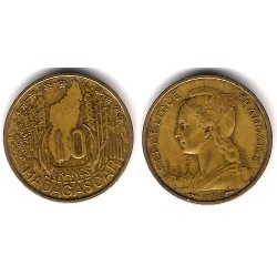 (6) Madagascar. 1953. 10 Francs (MBC)